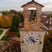 L'autunno a Cordovado, tra i i colori delle Sophore Joponiche Durante il periodo autunnale, i colori prendono possesso della parte medievale di Cordovado