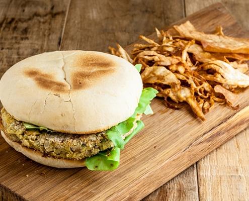 burger di cicerchia con frittura di sedano rapa e pane carasau